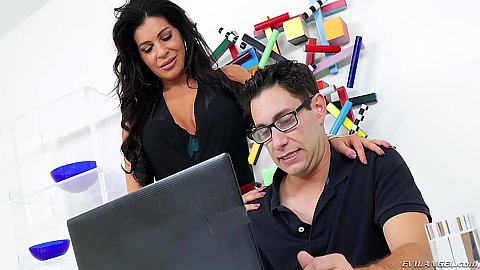 Jaw dropping milf Nikki Capone wants to fuck the computer guy