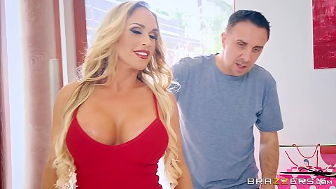 Big boobs and nice cleavage Tegan James wants to tip the driver