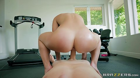 Giving fitness girl Kelsi Monroe reverse cowgirl bubble butt pof fuck