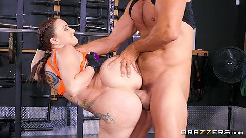 Just look at the ass on Mandy Muse doing an amazing anal work out at the gym