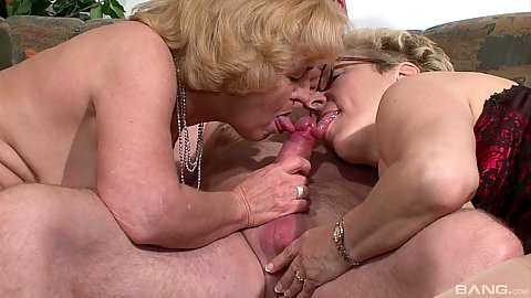 Old people having sex and looking good in threesome
