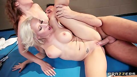 Kiera King sideways fucked during 3some with Sammie Spades