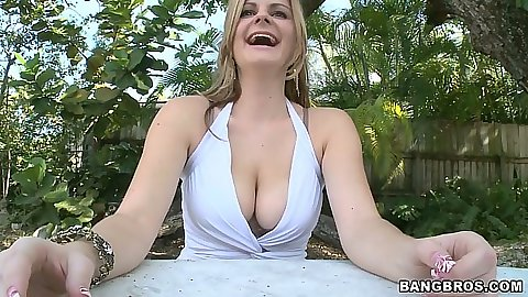 Busty Keiyra Lina takes off her bra outdoors