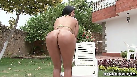 Oiled up bikini latina Cielo showing her body outdoors