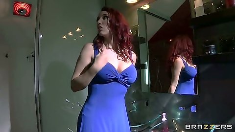 Redhead solo Kelly Divine fignered up her dress