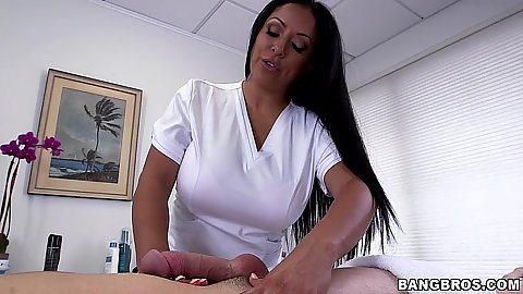 Milf handjob pro Kiara Mia going for a happy ending