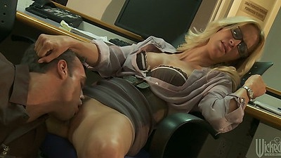 jessica drake enjoys a pussy licking and blowjob behind the desk views:11888