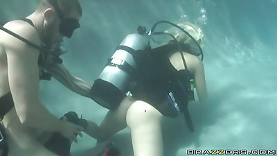 Slut manages to ride a cock underwater with scuba