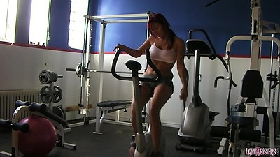 Gym workout with sporty chick on machine views:551