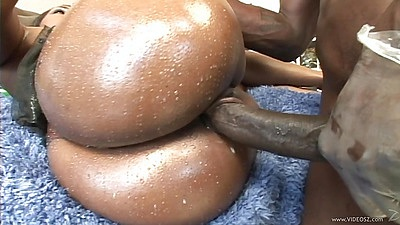 Sideawys pumping a juicy black booty with oil Queen Diva views:521